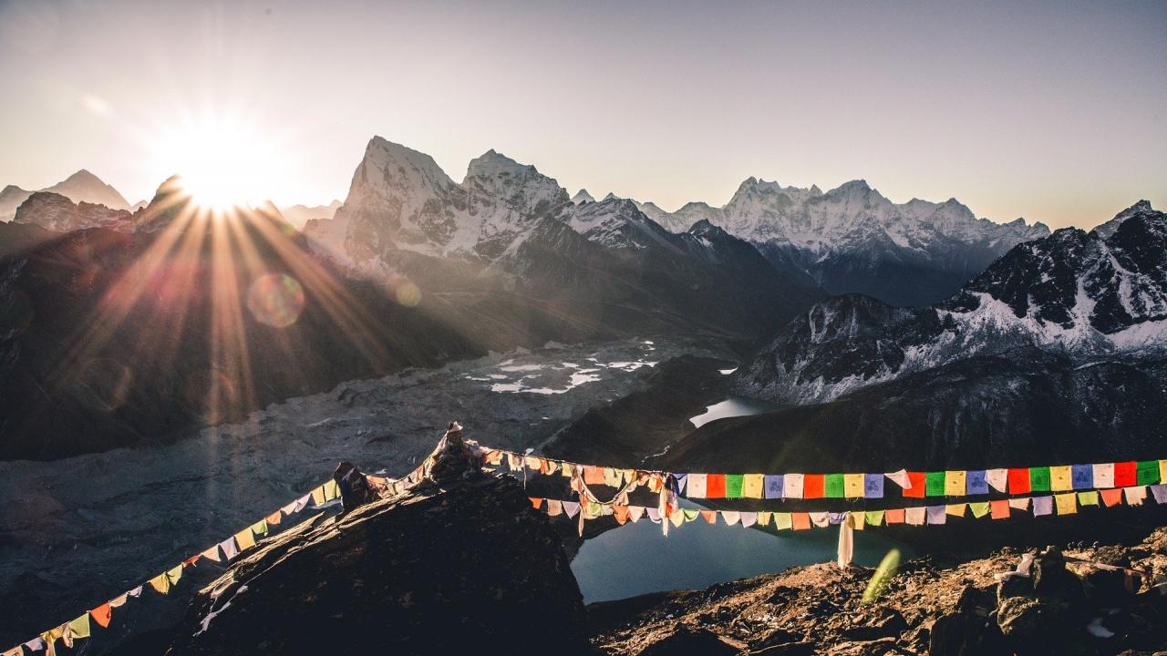 Китай спира експедициите до Еверест заради пренасяне на коронавируса от Непал