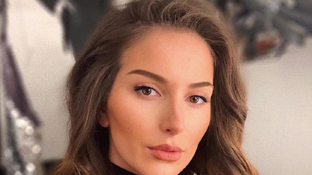 Секси: Алекс Петканова излезе по черна нощница