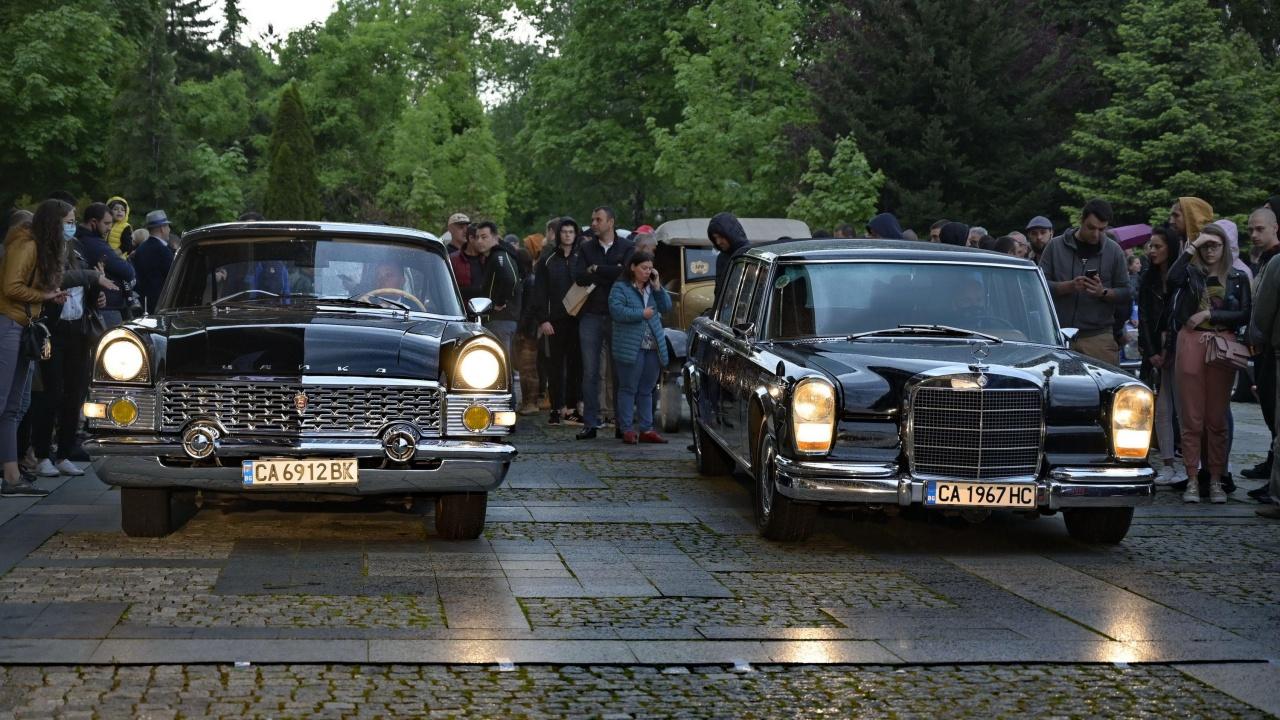 Вечерна изложба на класически автомобили в двора на Национален исторически музей