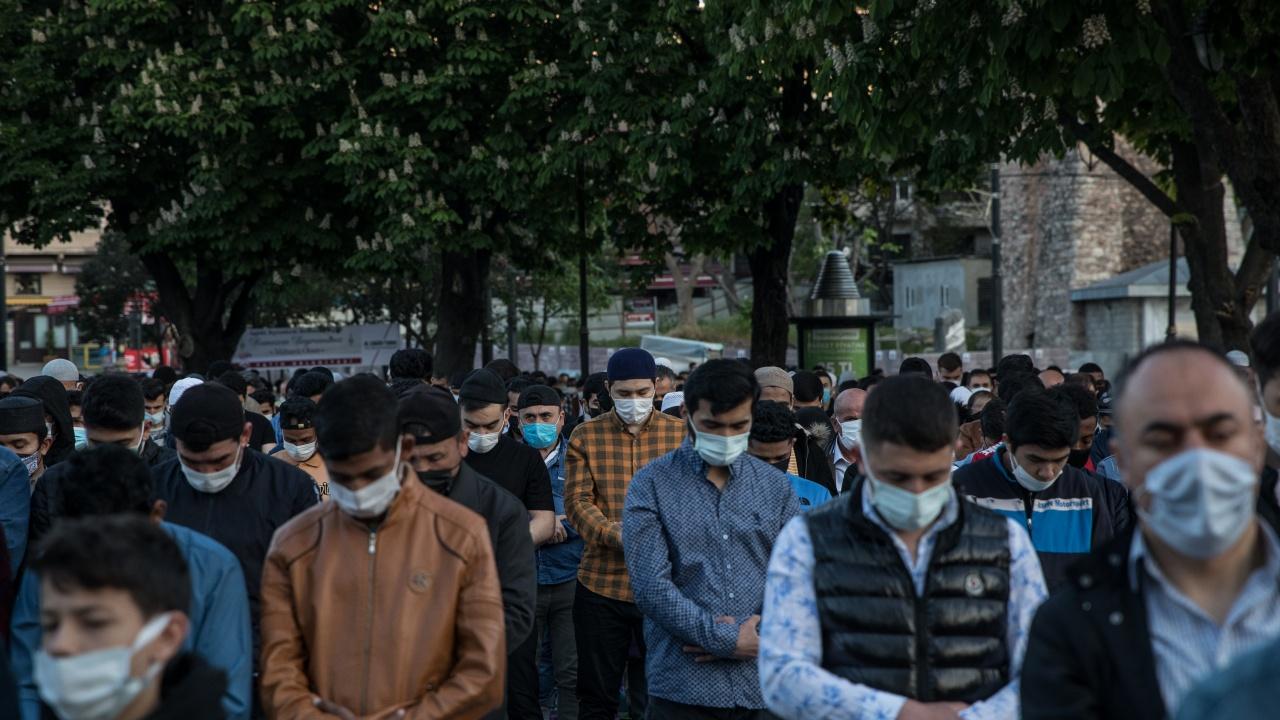 Турските граждани задължително с маски, дистанция и вечерен час до 1 юни