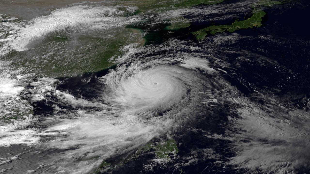 Индия се подготвя за мощен циклон от Арабско море