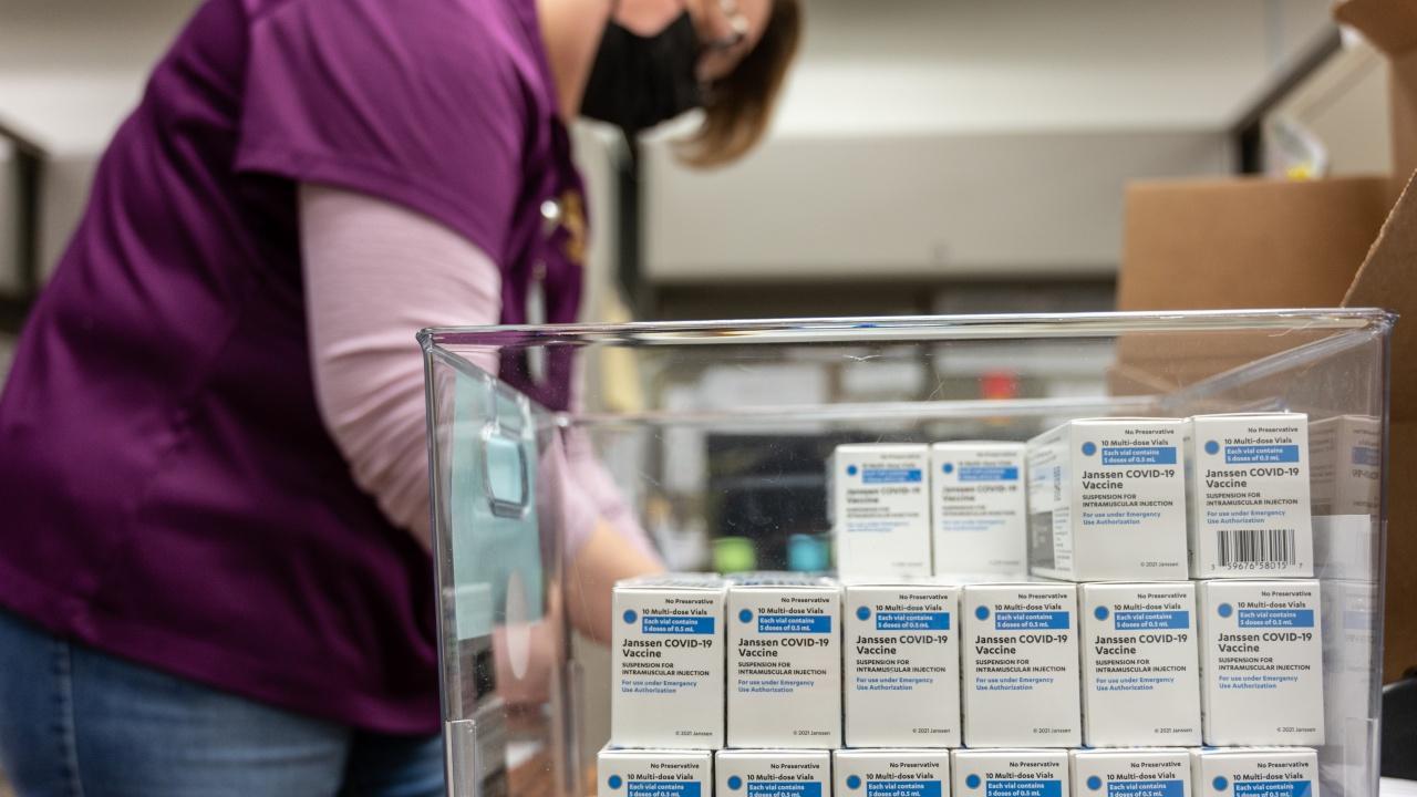 """Компанията """"Джонсън и Джонсън"""" съкращава наполовина доставките на ваксини за ЕС тази седмица"""