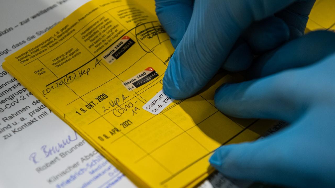 Студенти сигнализират за грешки във ваксинационните им сертификати
