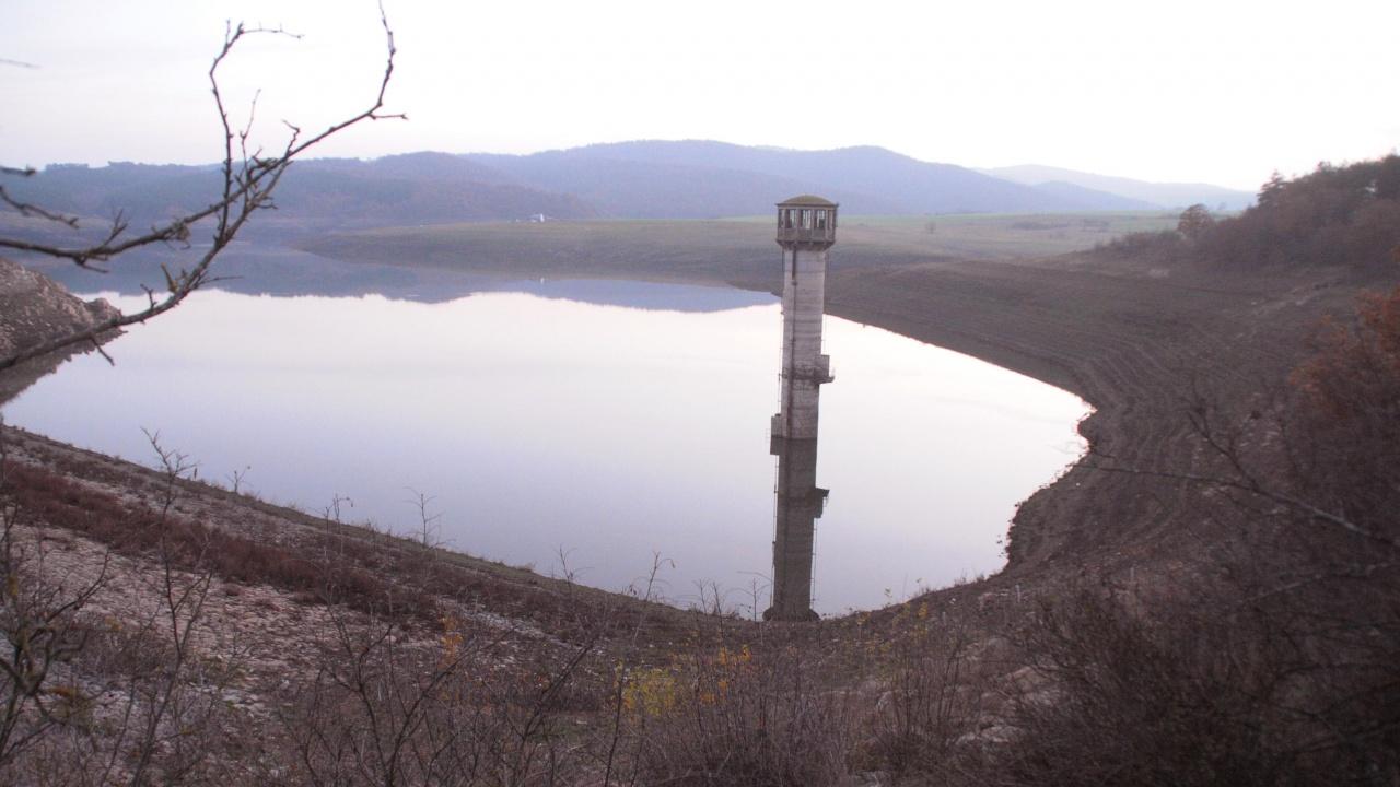 """Изпускат  около 30 000 куб. м вода от язовир """"Копринка"""""""