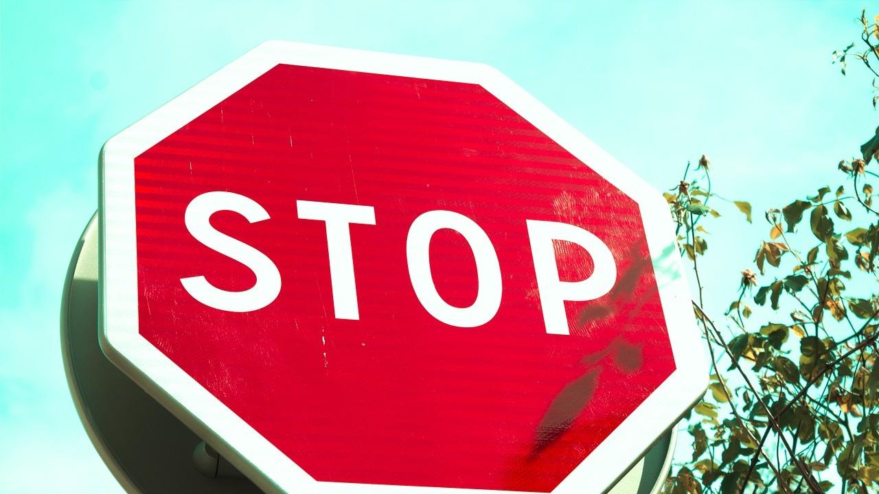 13 пътни знака откраднал млад мъж