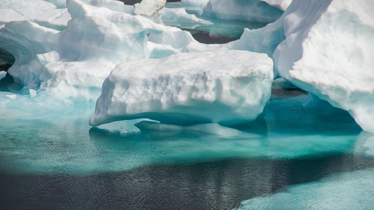 """Гренландия """"потъмнява"""""""