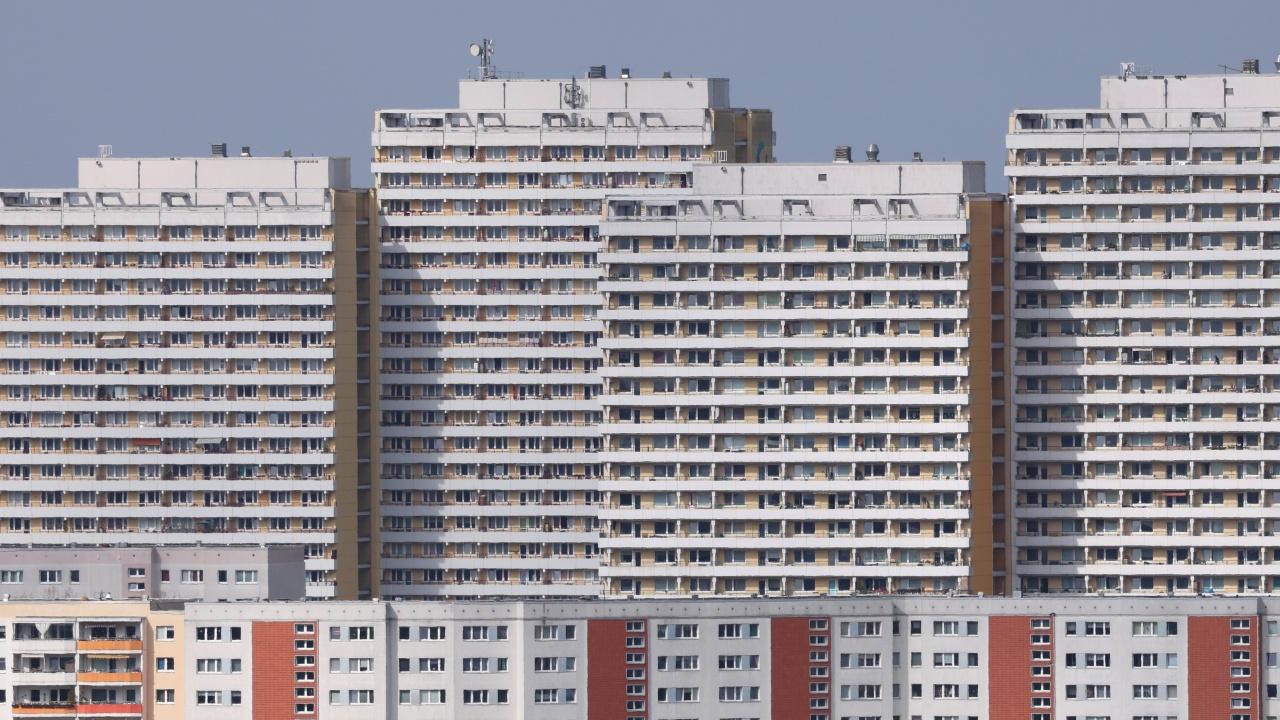 Карантинираха жителите на два високи блока в Германия
