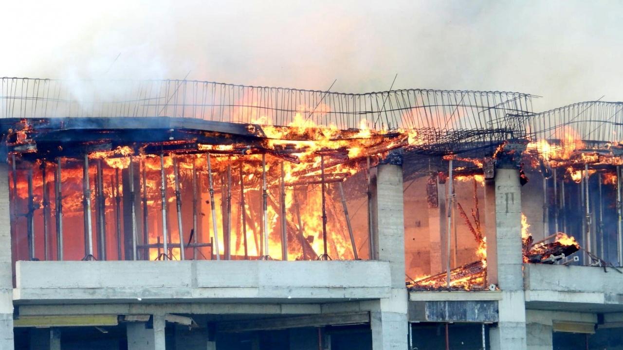 Гори новострояща се сграда във Варна