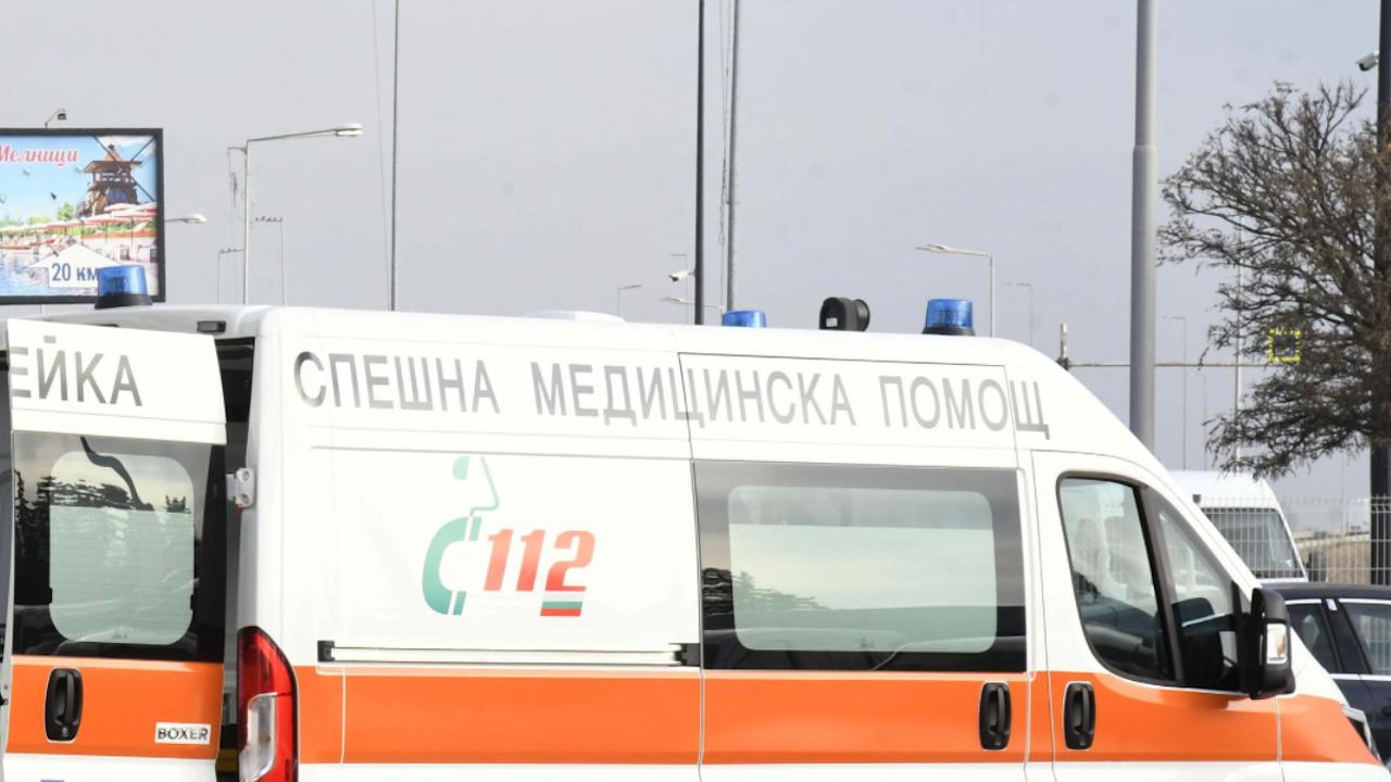 Падане от покрив вкара мъж в болница