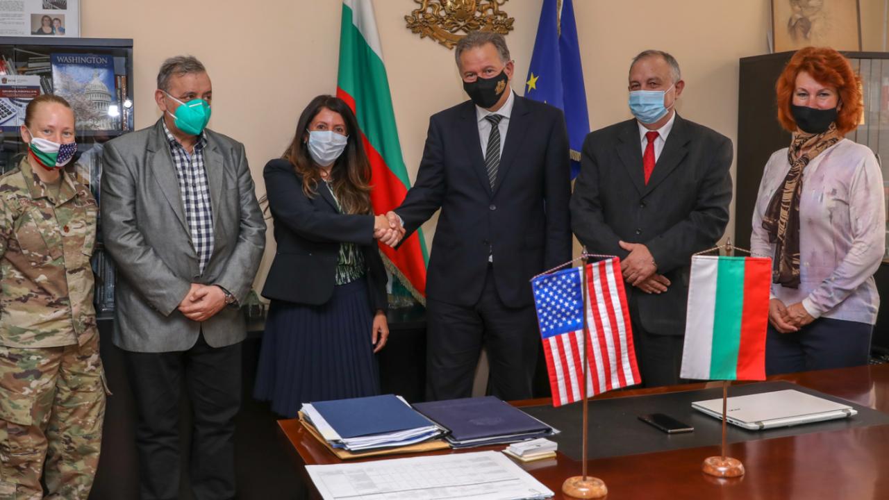 Херо Мустафа се срещна с министър Кацаров и проф. Кантарджиев, дари PCR тестове