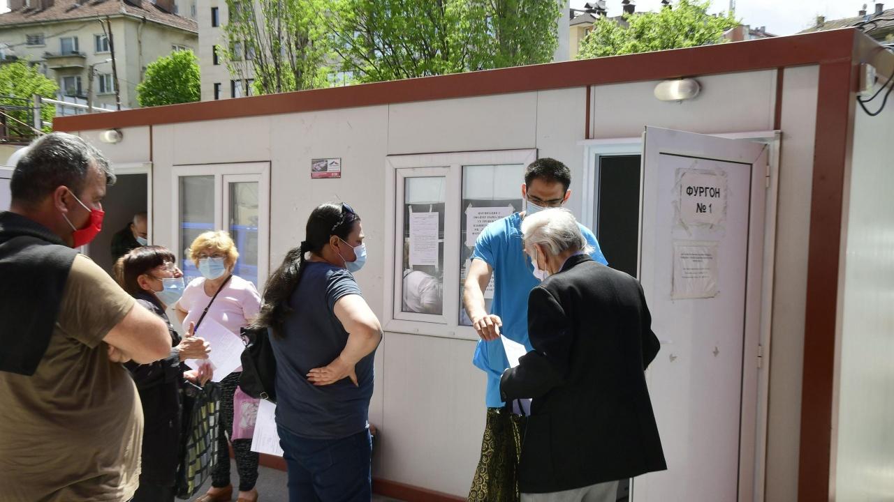 """Ваксинационните екипи в болница """"Пирогов"""" ще работят и през празничните дни"""
