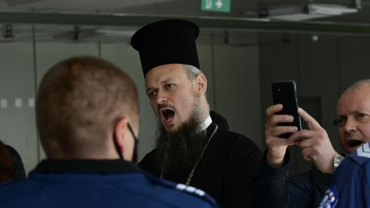 """Протестиращи начело с отец Дионисий изгониха Фандъкова от церемонията """"Златно перо"""""""