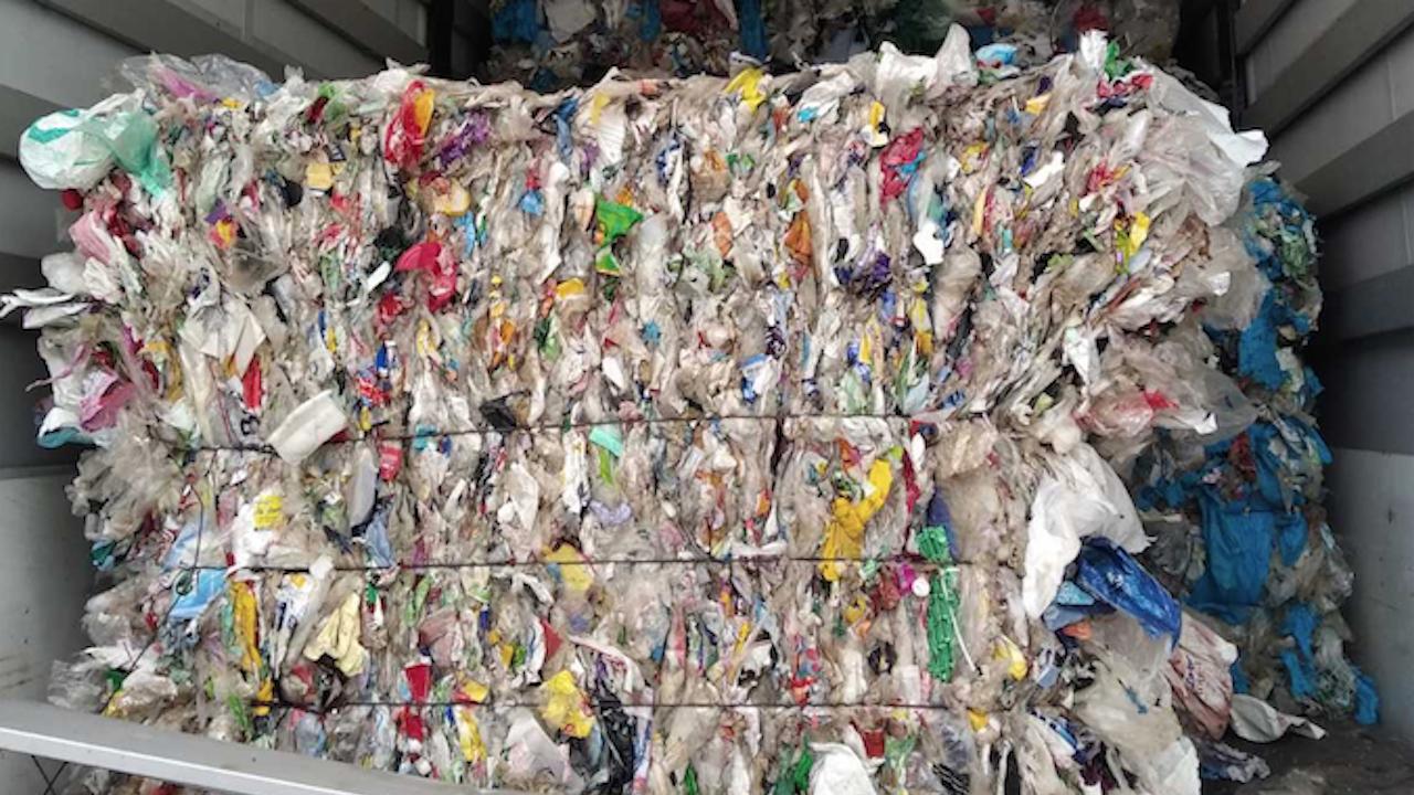 Задържаха камиони с пластмасови отпадъци от Румъния, Полша и България на границата с Турция