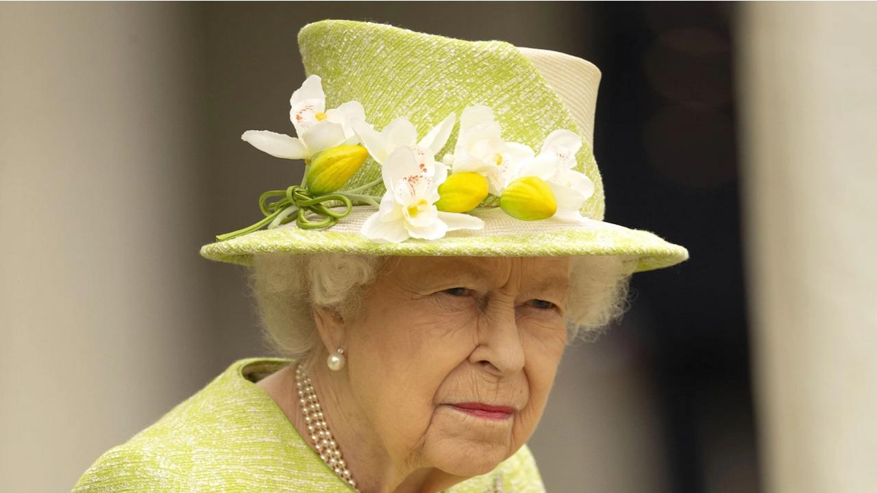 """Британската кралица посети новия самолетоносач """"Кралица Елизабет"""""""