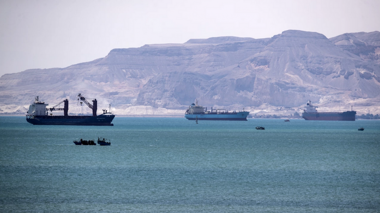 """Контейнеровозът """"Евър Гивън"""" остава блокиран от египетските власти заради съдебен спор"""