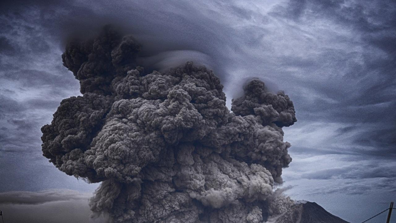Вулканът Етна отново изригна, прати пепел и дим на 4 км над остров Сицилия