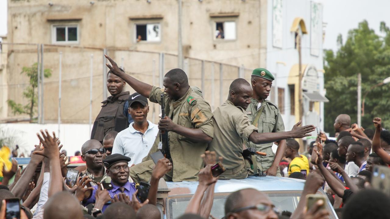 Вицепрезидентът на Мали потвърди, че е поел управлението след ареста на президента от армията