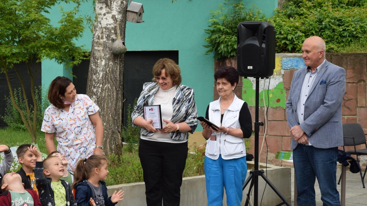 """Кметът на Ловеч поздрави децата в ДГ """"Зора"""" за включването в Световния ден на Спешната медицинска помощ"""