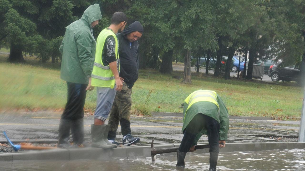 Над 60 сигнала за наводнени сгради в Асеновград след проливния дъжд
