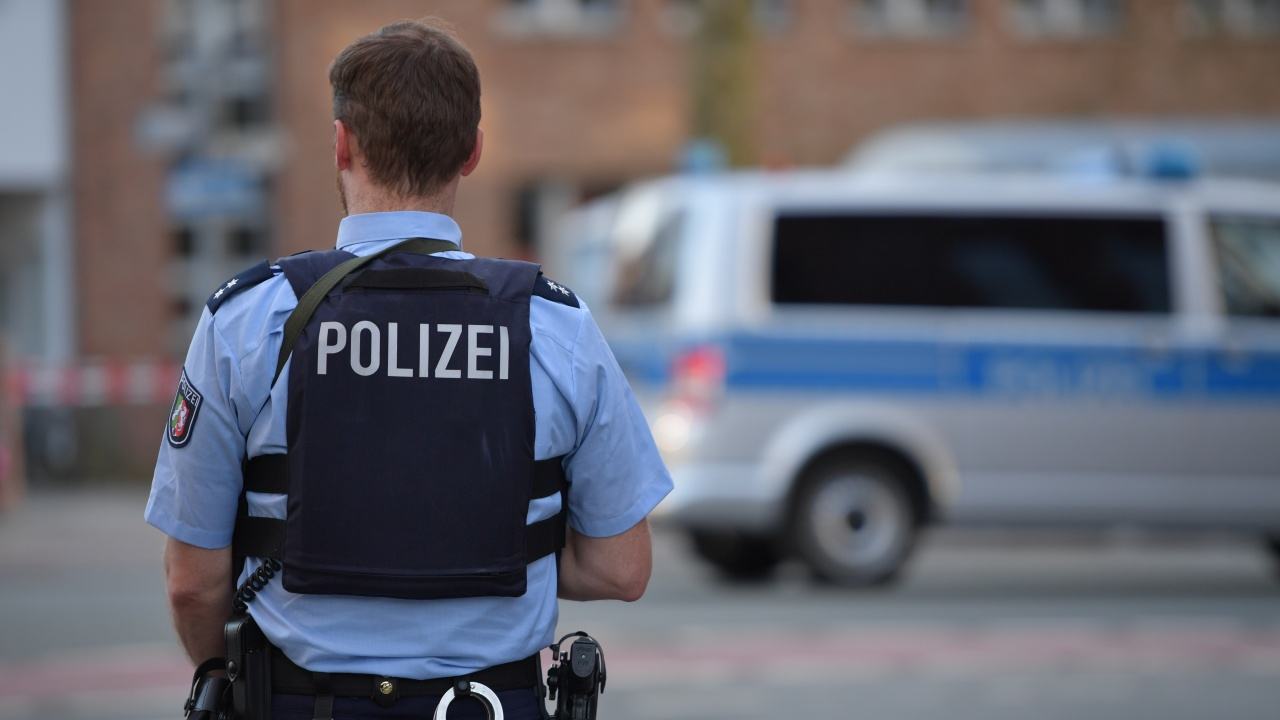 В Хамбург полицаи застреляха мъж, размахващ нож