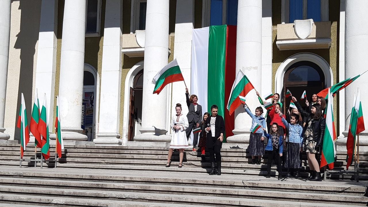 Община Асеновград с комплимент към хората: Предоставя знамена безплатно