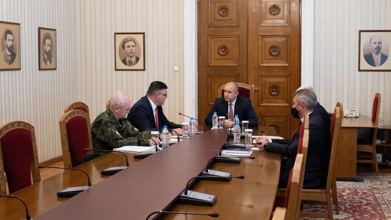 Радев коментира нахлуването на американски военни в цех край Чешнегирово