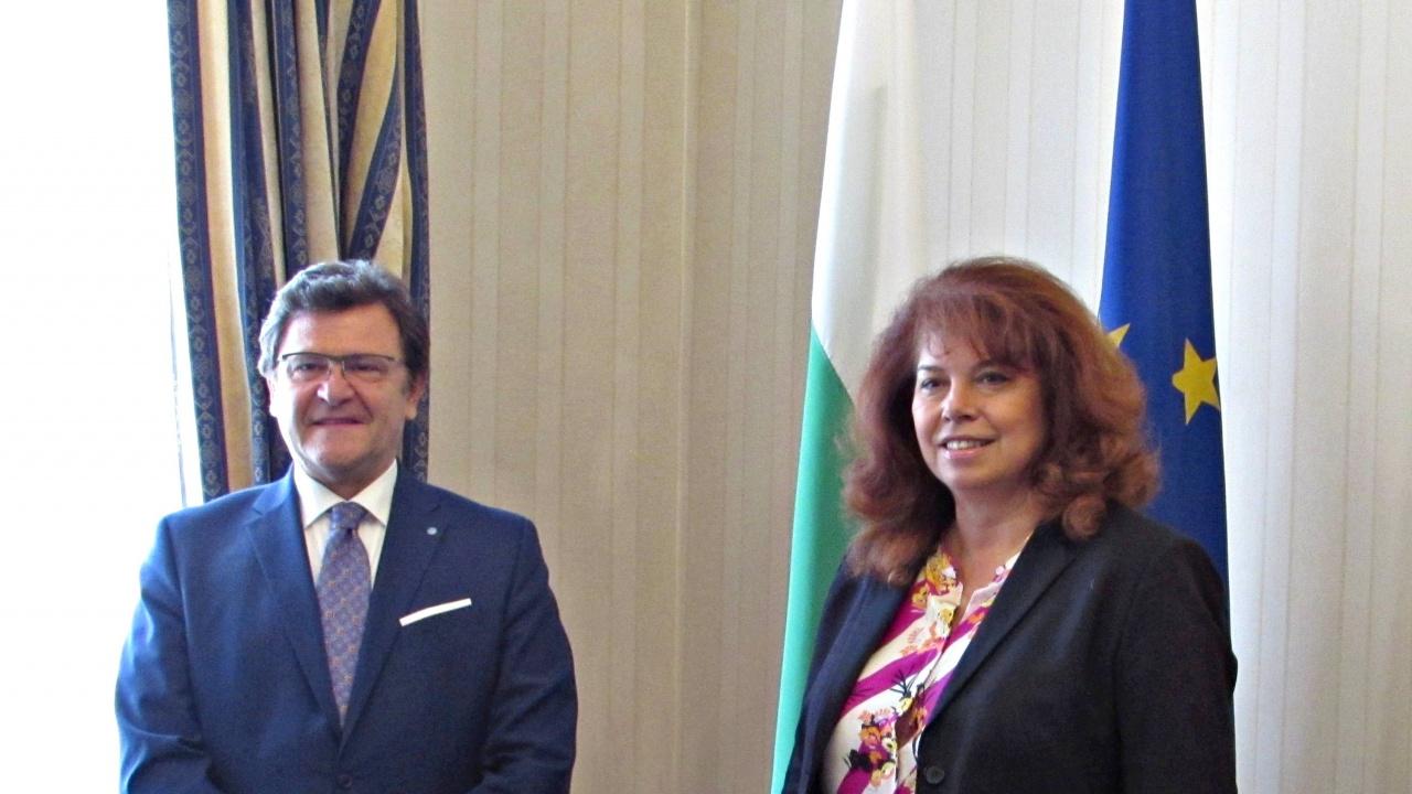 Йотова разговаря с главния преговарящ на Албания с ЕС