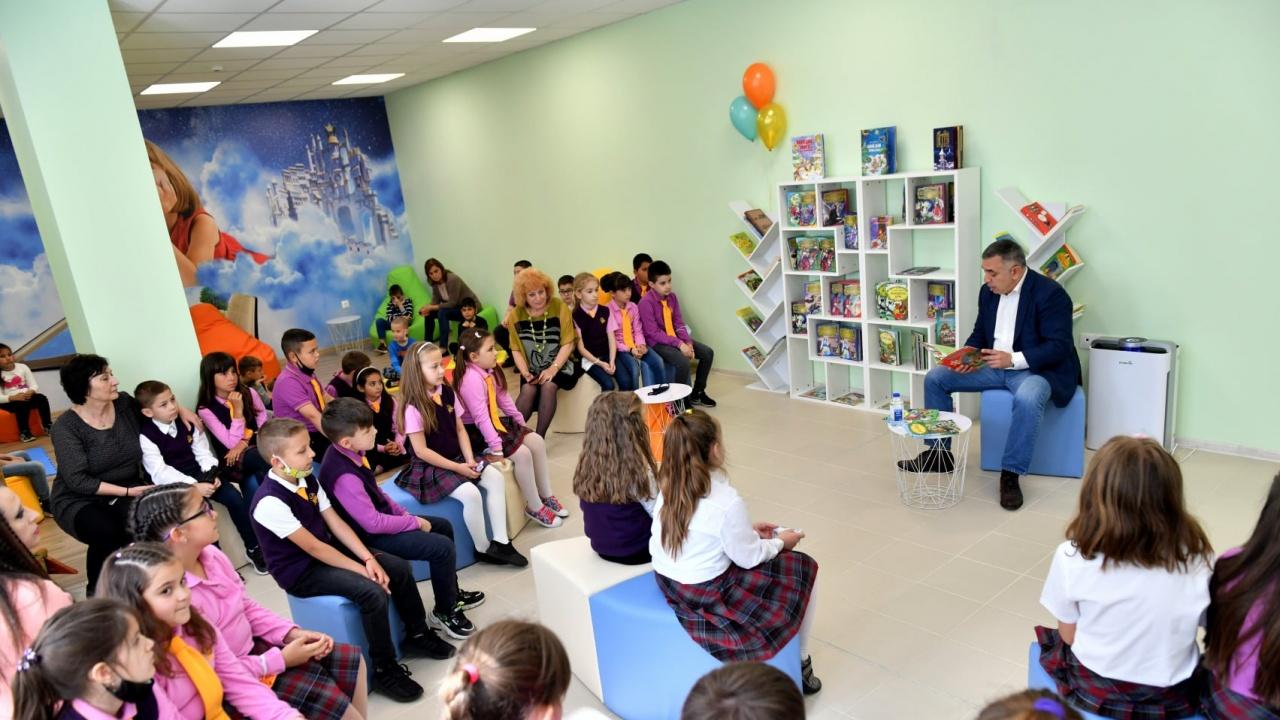 Кметът на Сливен чете приказки на деца по повод на 1 юни