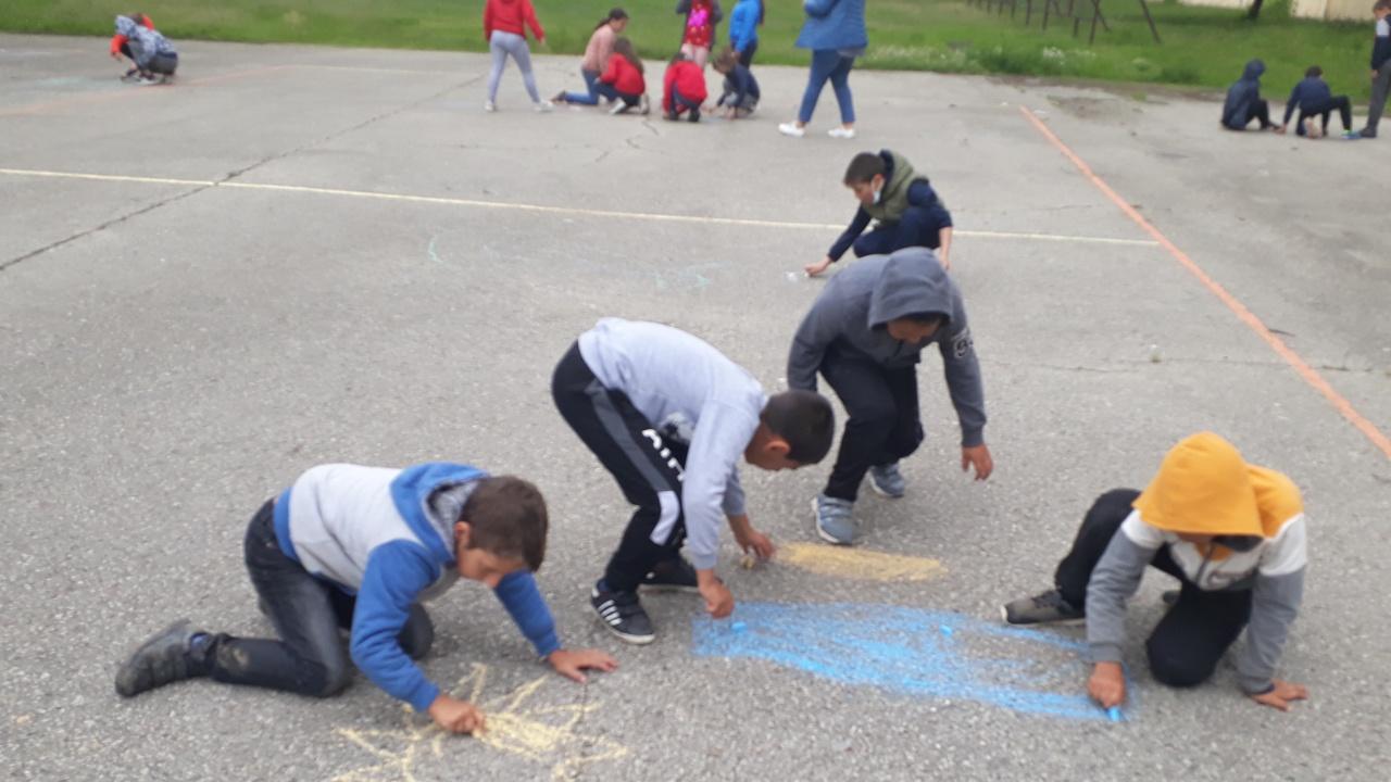 С рисунки на асфалт в Ловеч отбелязаха Деня на детето