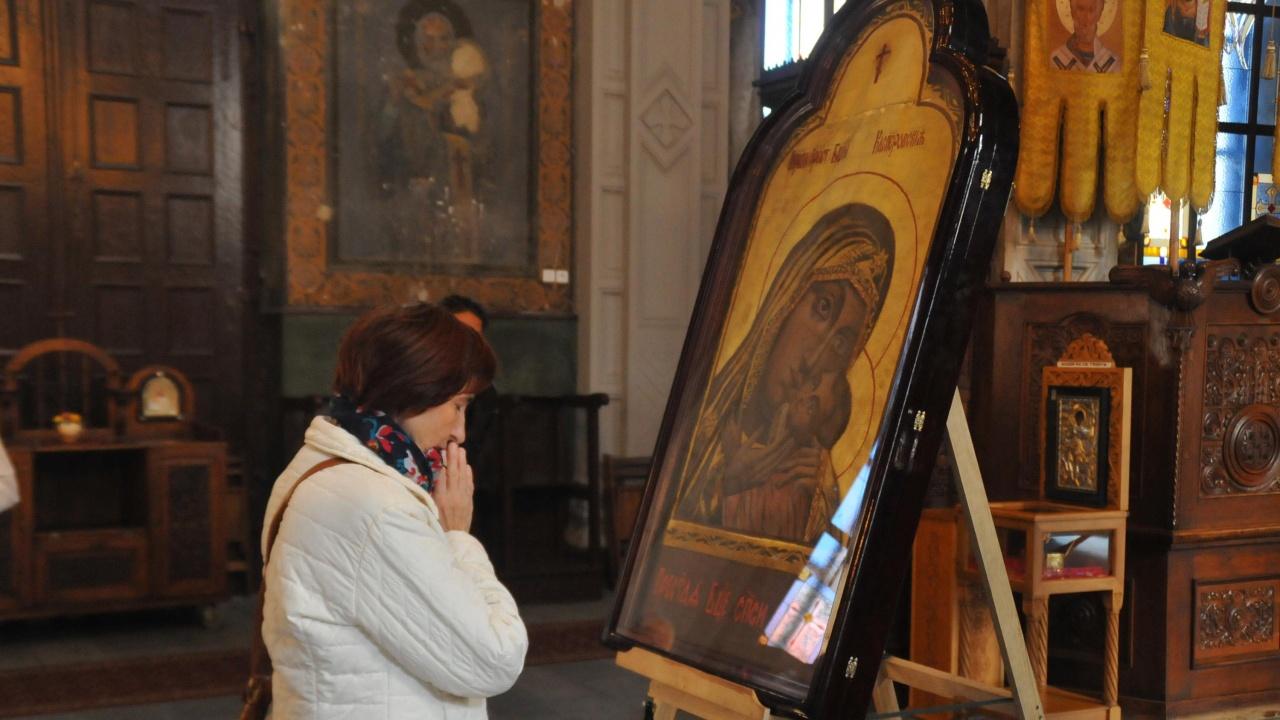 В Банско посрещнаха чудотворната икона на Богородица Акатистна
