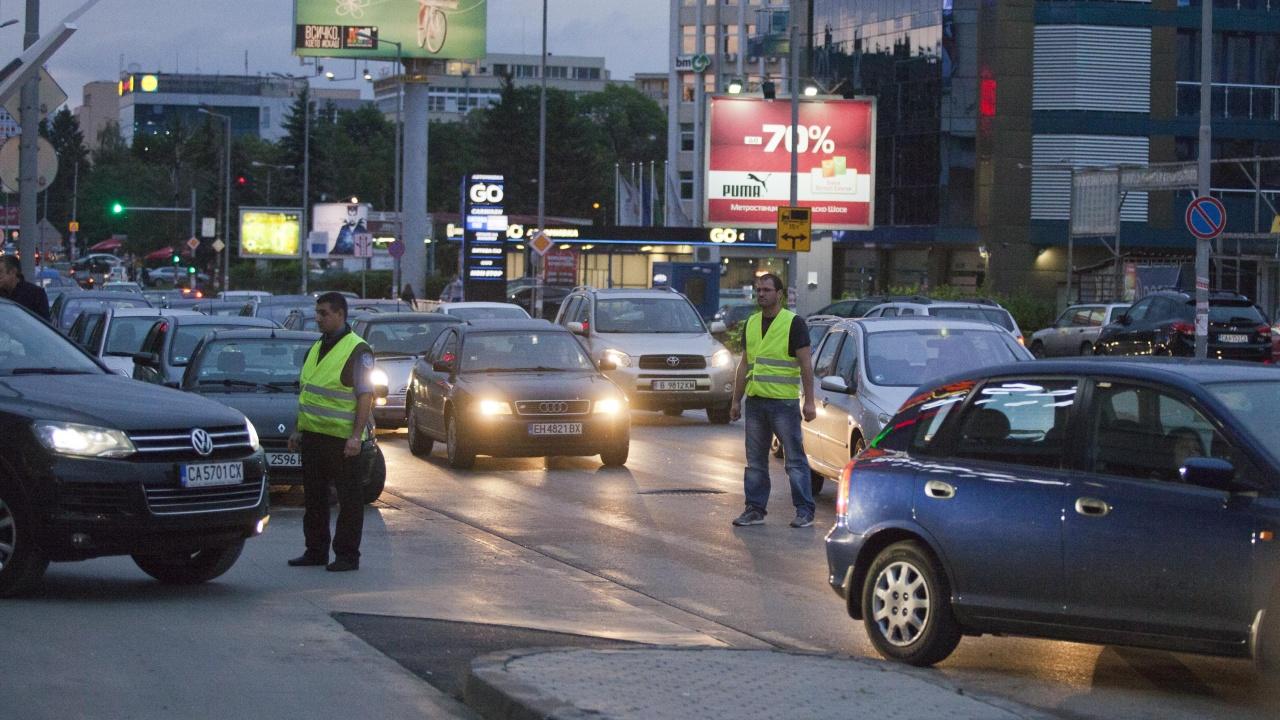 Кошмарен трафик в района на един от столичните молове, стотици са блокирани