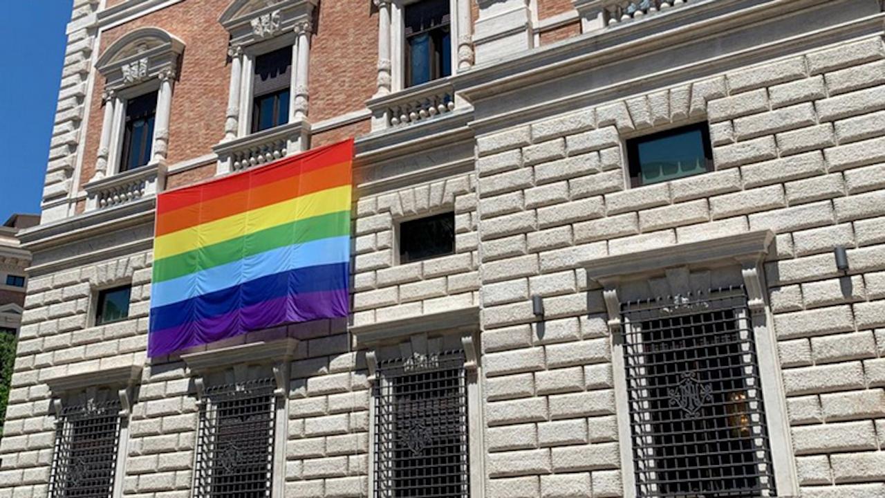 Посолството на САЩ във Ватикана развя знамето на ЛГБТ общността