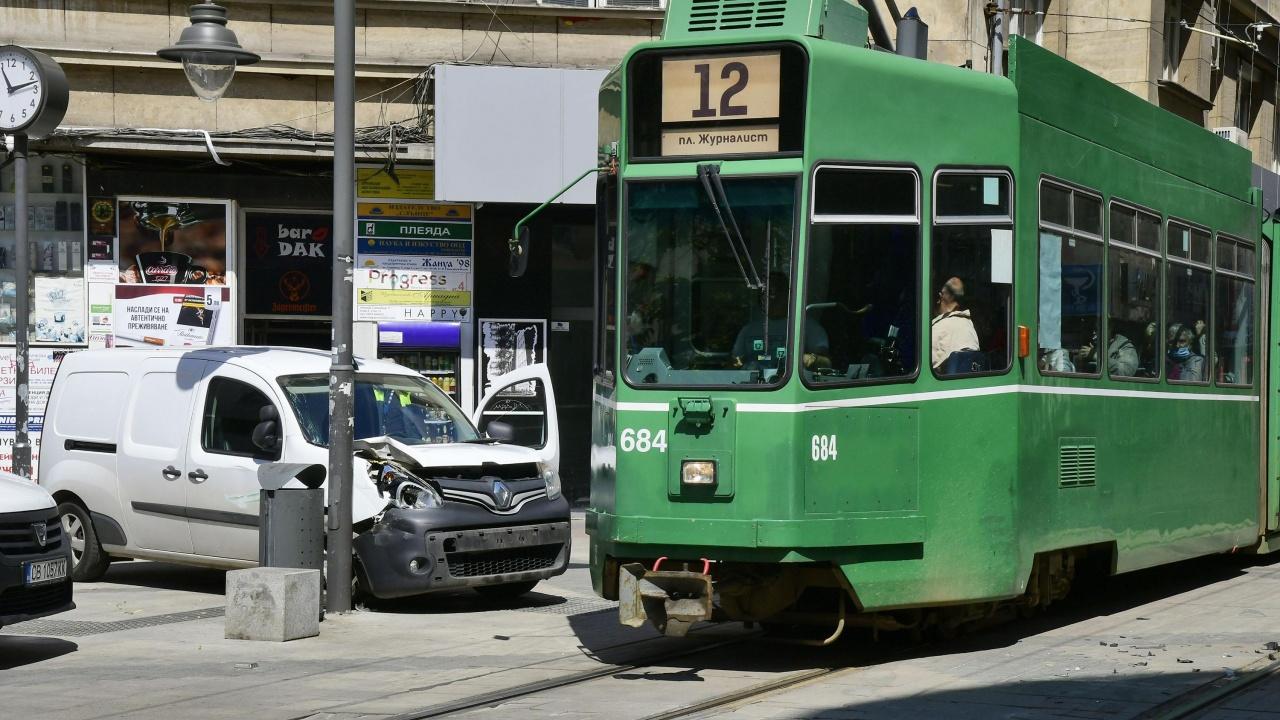 """Миниван и трамвай катастрофираха на площад """"Славейков"""""""