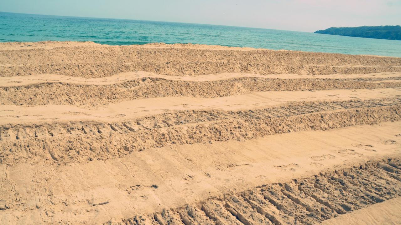 Багер отново копае на плаж Смокиня
