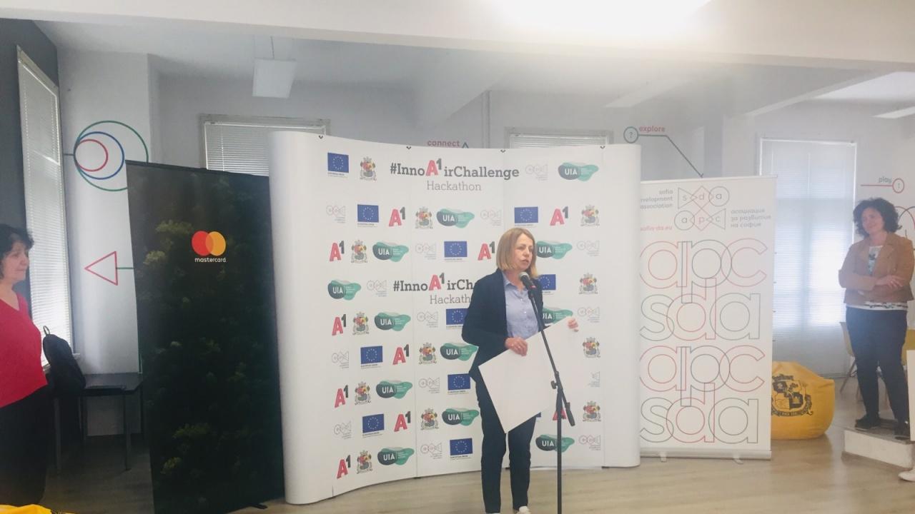 """Фандъкова: Интелигентните идеи на младите хора от хакатона развиват София като """"зелен"""" град"""