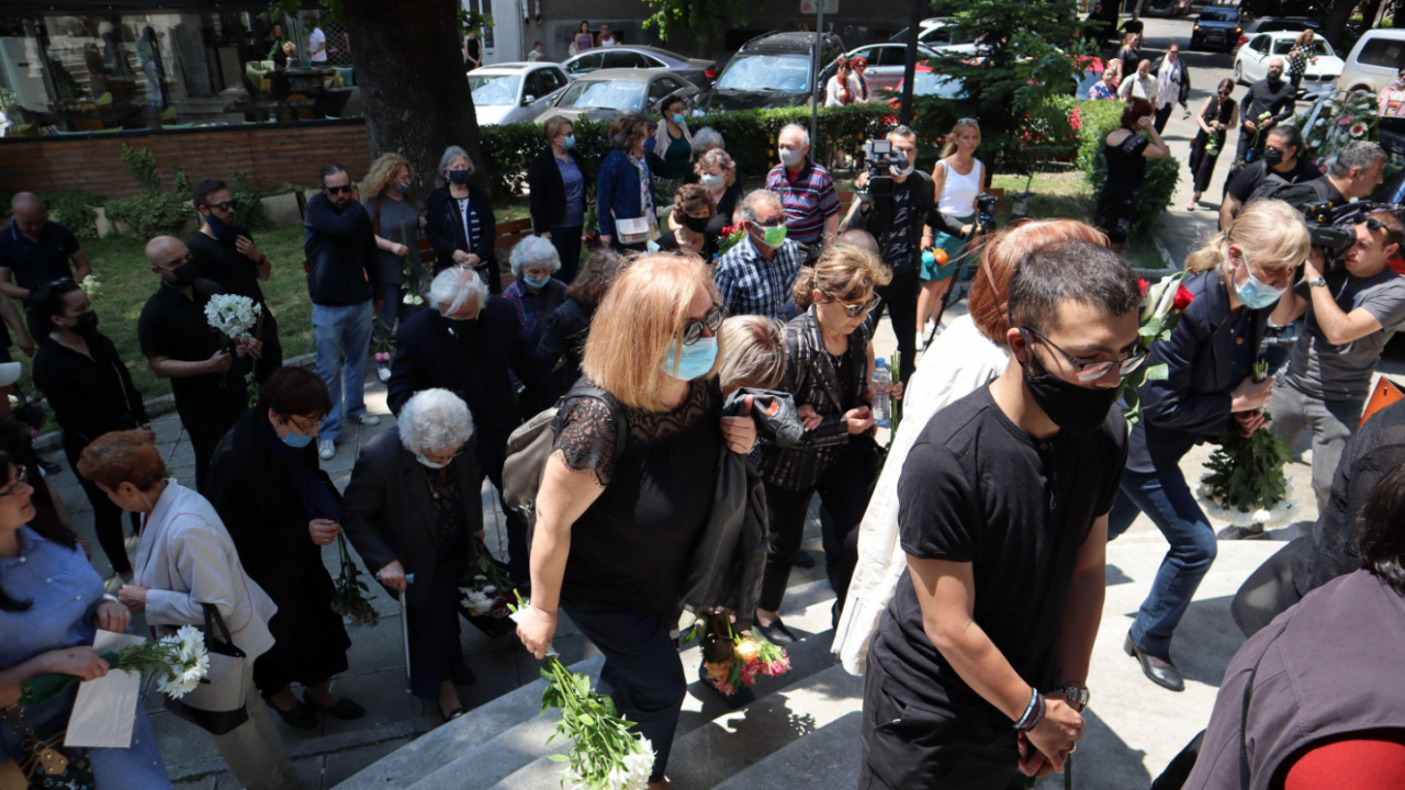Стотици се стекоха във Варна, за да се сбогуват с Лорина Камбурова
