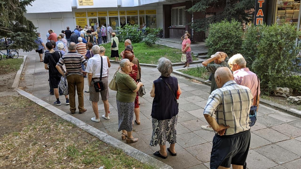 Опашка от пенсионери пред  пощата във Видин, която опитаха да оберат