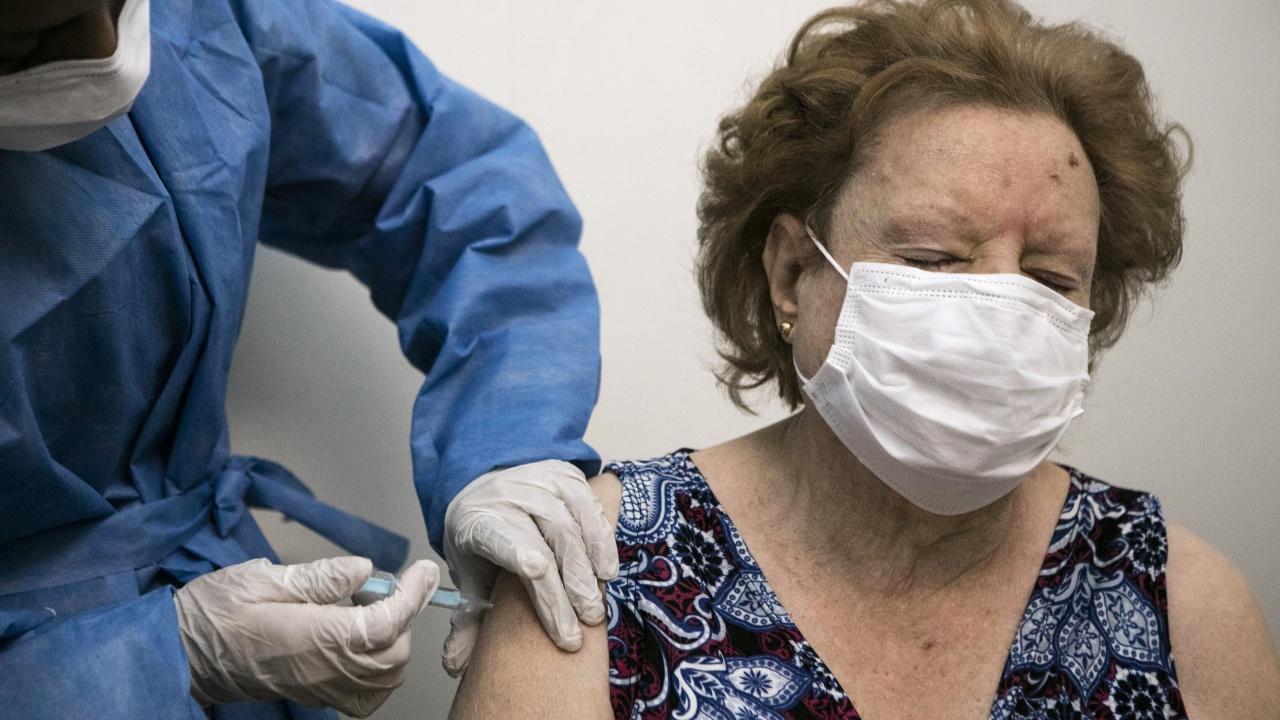 Екипи в Добричкo ваксинират трудноподвижни хора в домовете им