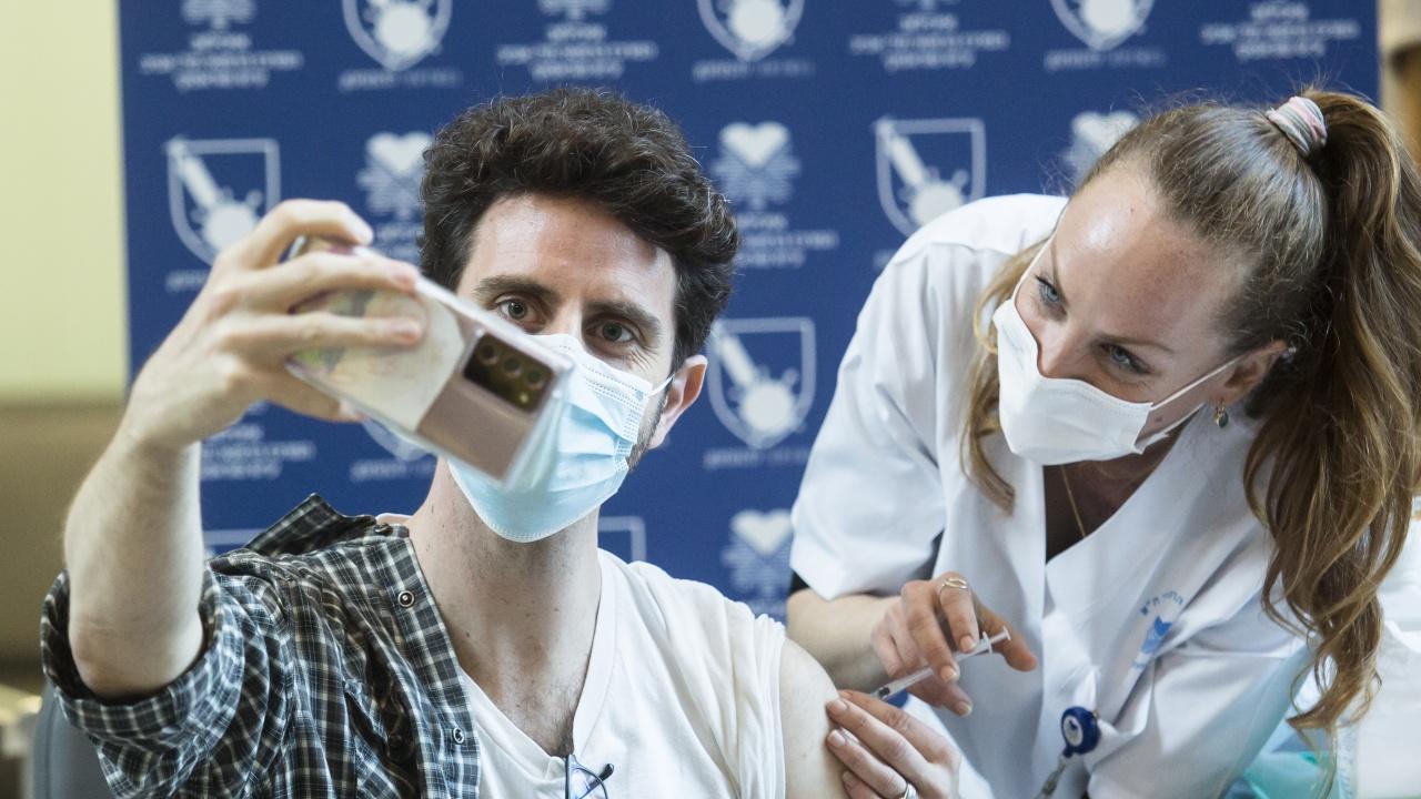 Успешната ваксинационна кампания в Израел отменя маските на закрито