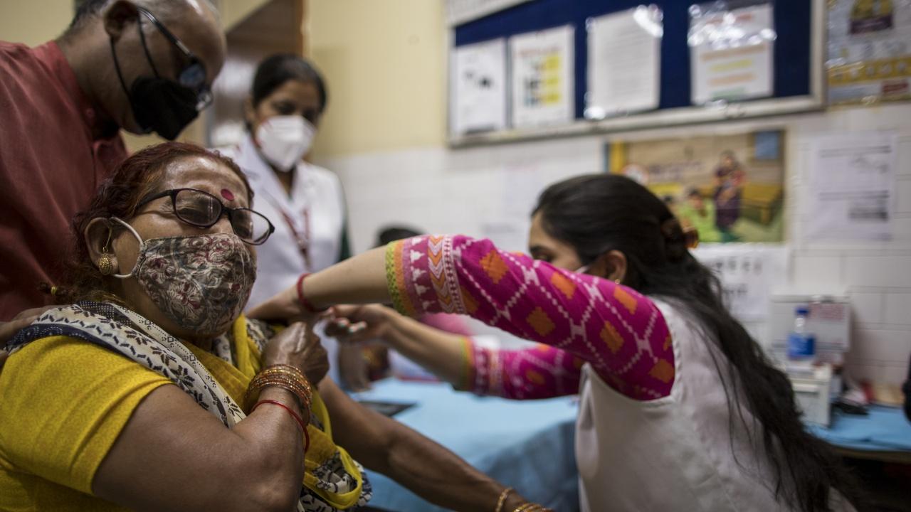 Премиерът на Индия обяви безплатна ваксинация срещу COVID-19 за всички пълнолетни граждани