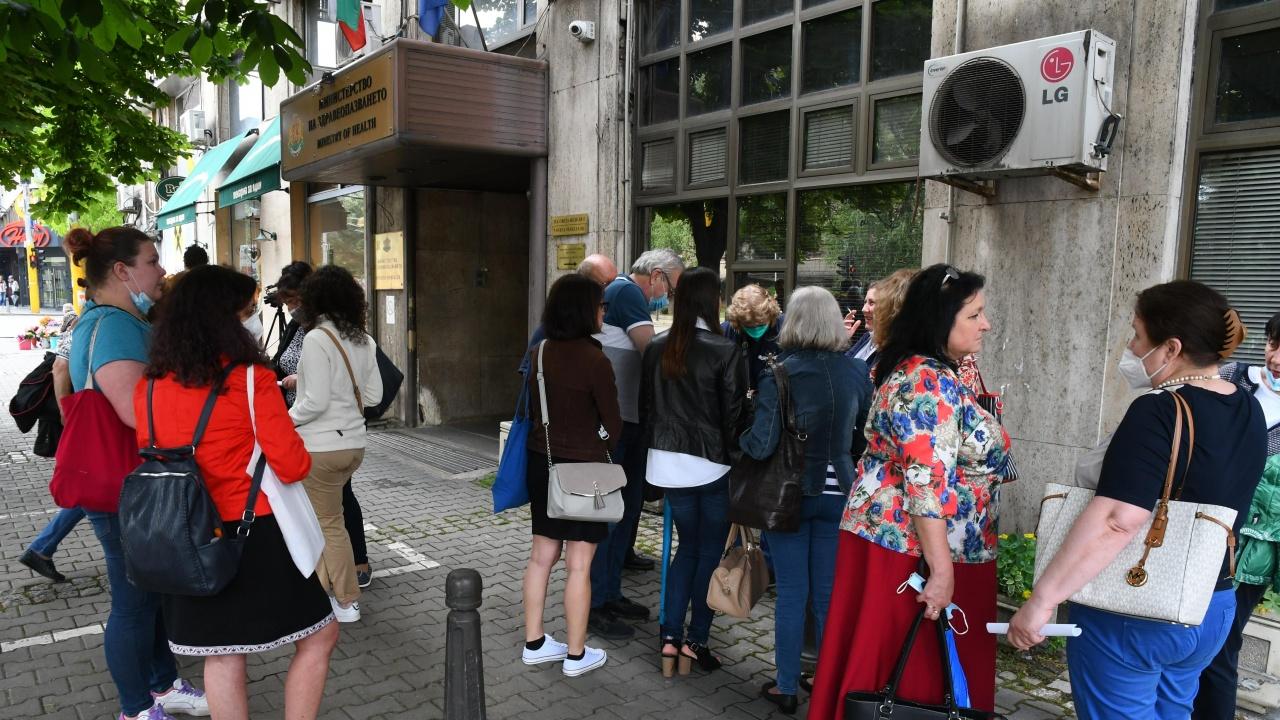 Протест срещу пенсионирането на проф. Кантарджиев пред МЗ