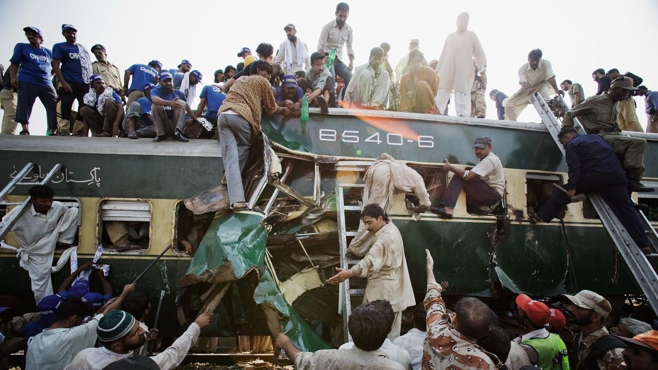 Най-малко 51 станаха загиналите при влакова катастрофа в Пакистан