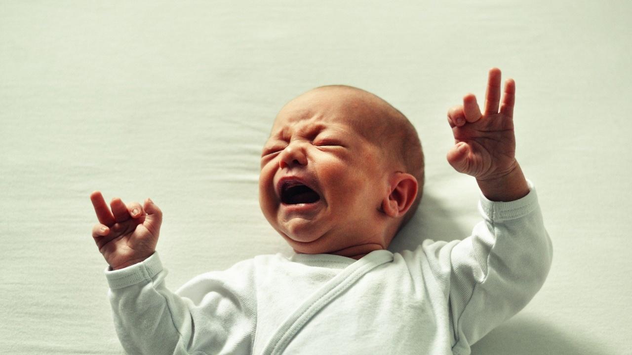 Майката, хвърлила бебето си през тераса, е опитала да го удуши преди време