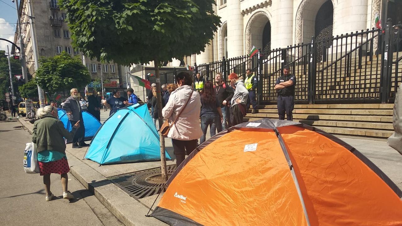 Опънаха палатков лагер пред Съдебната палата заради Гешев, сигнал за бомба обаче я затвори