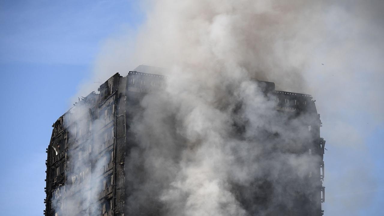 Голям пожар бушува в 10-етажна сграда в Загреб, хората панически напускат сградата
