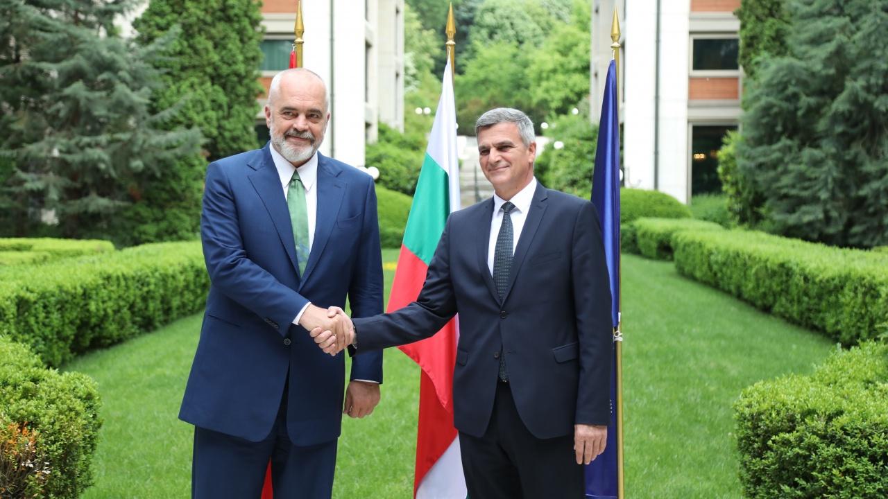 Стефан Янев провежда среща с премиера на Албания Еди Рама