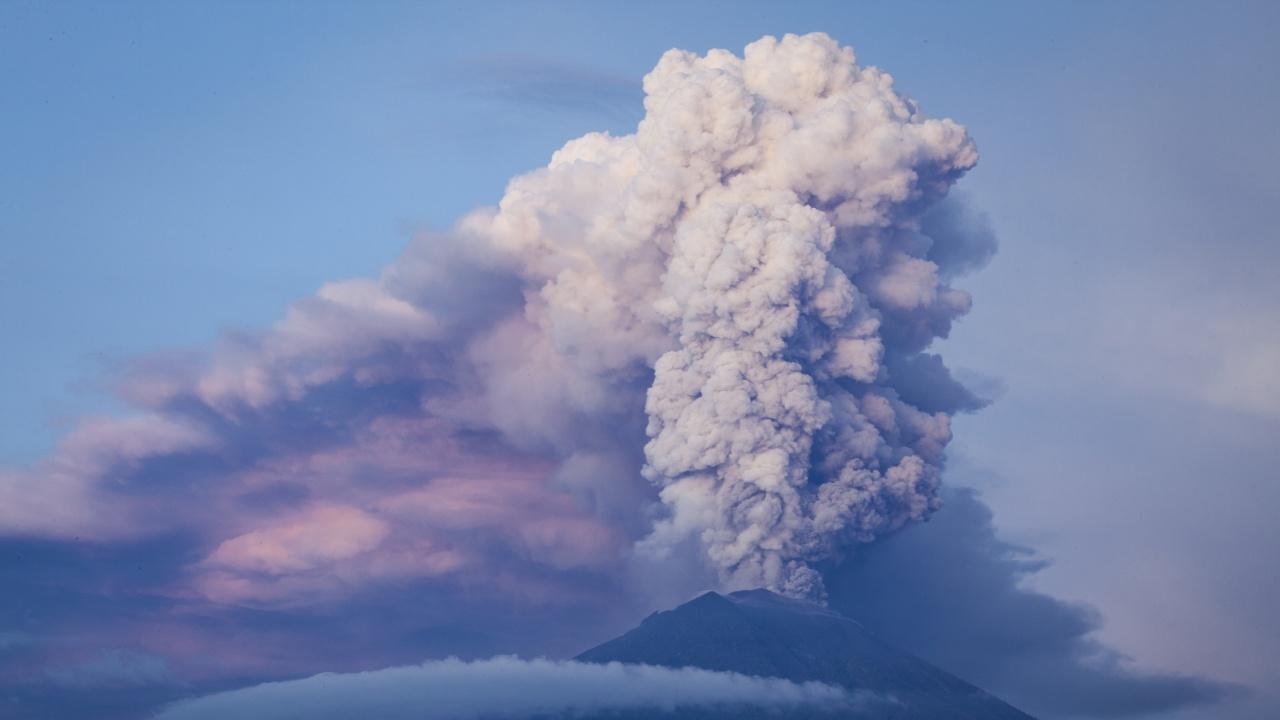 Най-активният действащ вулкан в Индонезия изхвърли пепел на височина от 1,6 километра