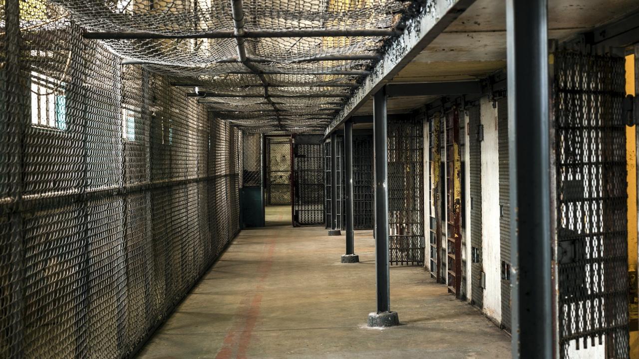 Затвор и условна присъда за мъж и жена за държане, преработка и търговия с оръжие и боеприпаси