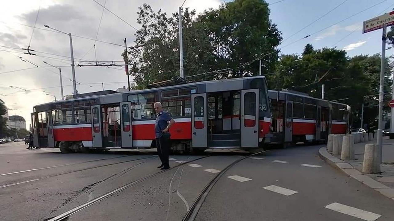 Трамвай дерайлира и блокира движението в центъра на София