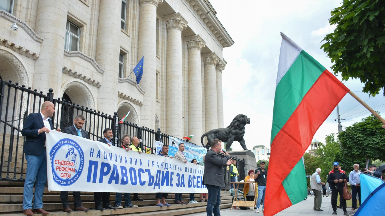Лаура Кьовеши идва в България, посреща я протест против Гешев